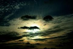 Perto do Sol havia uma pipa. (Dafne Cristhinne) Tags: sky cores paisagem céu pôrdosol nuvens casas dafne pipa entardecer pellizzaro cristhinne dafnecristhinne