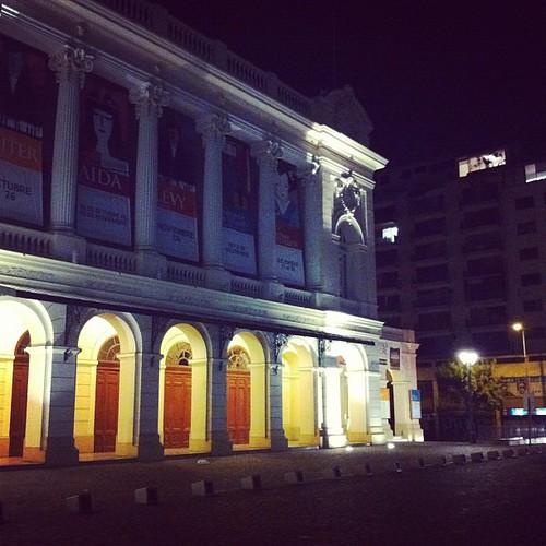 Caminata nocturna frente al Municipal