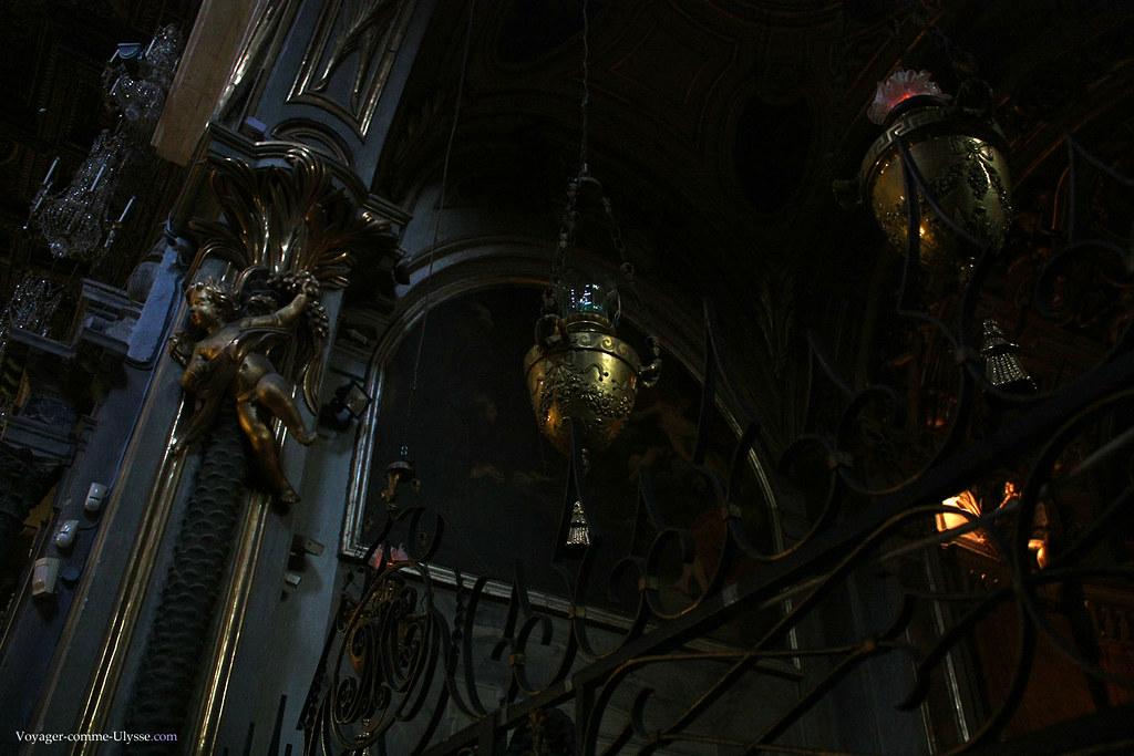 Chaque chapelle est protégée par une grille. Note spéciale pour le petit ange en haut à gauche.