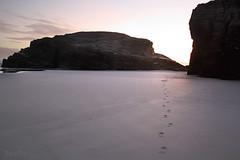 los buenos recuerdos son prrrogas del tiempo presente (RalRuiz) Tags: espaa luz mar arena galicia amanecer cielo rocas pisadas huellas ribadeo playadelascatedrales praiaascatedrais