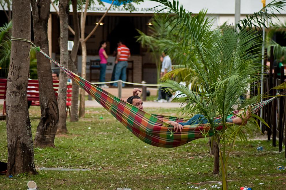 Un hombre instaló su hamaca paraguaya en el predio de la Asociación Rural del Paraguay en su sede de Mariano Roque Alonso en el que cada año se lleva a cabo la Expo Feria. Muchos visitantes de todo el país se congregaron para disfrutar de la mayor fiesta nacional de la producción y la industria, por supuesto que recorrer tantos stands y pabellones cansa mucho por lo cual no viene nada mal un merecido descanso. (Elton Núñez)