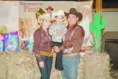 0018. Ramiro con sus tíos.