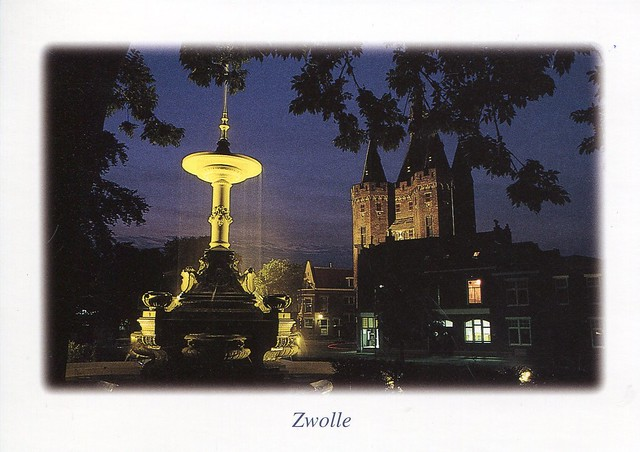 Zwolle, Fontein en Sassenpoort (1406) op het van Nahuysplein