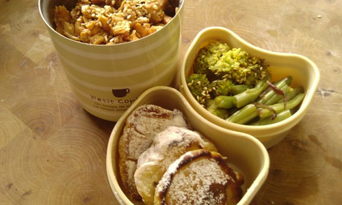 Een thermos-bento met twee side-dishes. In de thermosbeker zit yakisoba met groene bonen met daar bovenop teriyakizalm soboro met sesamzaad en zwart nigellazaad. In een van de side-dishes zit broccoli en sperziebonen met rode ui, in de andere drie mini drie-in-de-pan.