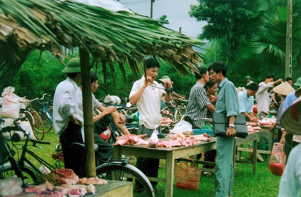 Vente de la viande de porc au marché Xuan An – Province de Phu ThoVente de la vVente de la viande de porc au marché Xuan An - Province de Phu Tho)
