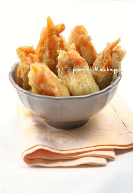 Fiori di zucca ripieni con ricotta, zucchine e bottarga