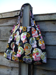 Another Calaveras Handbag (SewHappyGeek) Tags: diadelosmuertos calaveras pleatedhandbag alexanderhenryfabric