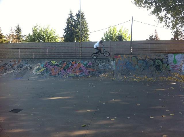 Chico en bici