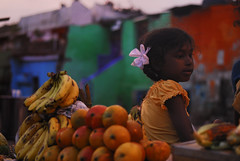 Sun fruts girl (Persodan) Tags: sunset red portrait orange green colors girl beauty rose children rouge market couleurs vert beaut belle littlegirl enfant fille march beautifull nikkon bundi 2011 nikond200 nikkond200200mm objectifsstandard danielpapineau danielpapineauallrightreserved photographedanielpapineau photographerdanielpapineau