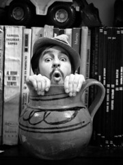 Todo Cabe en un Jarrito... (el inviZHILble Sr. Oso...) Tags: mexico sombrero libros texcoco refran dichopopular zhil jarritodebarro santacruzdearriba