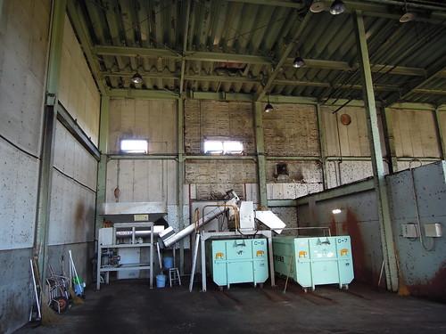 久喜宮代衛生組合 生ゴミ減容化及びHDM堆肥化処理施設 生ゴミは破袋分離器に投入して、生ゴミとビニル袋を分別する。