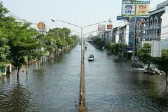 view from the Lotus pedestrian bridge towards Sapan Mai (the foreign photographer - ) Tags: from road bridge thailand flooding view flood lotus bangkok pedestrian mai towards bangkhen laksi sepan phahoyolthin sephan