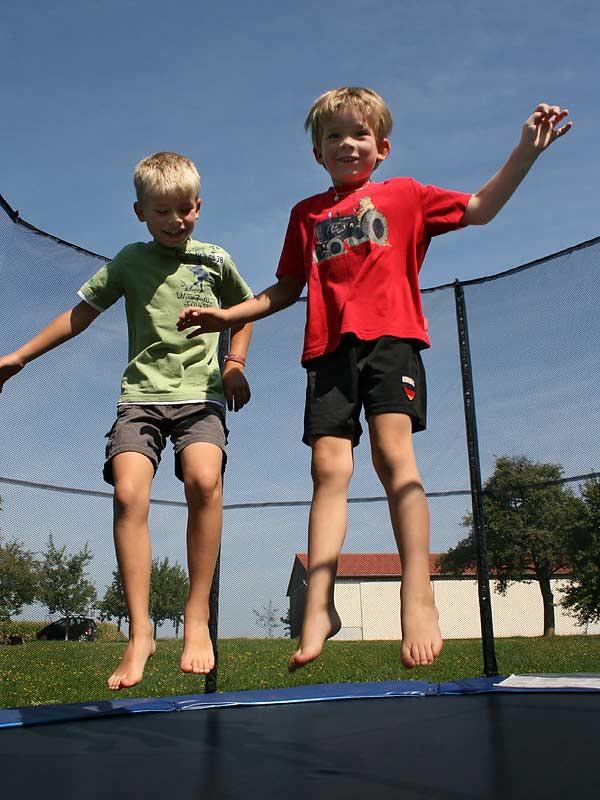 Ferienhof Hausmann - Kinder auf dem Trampolin
