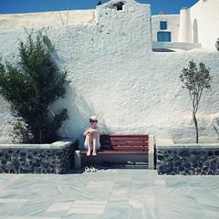 發呆。HEA (vickie abby) Tags: voyage travel 66 santorini greece finepix ia 旅行 oia thira 希臘 伊亞 vickieabby fujix100 聖托尼里 提拉島