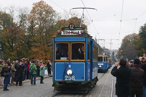 Trotz Hochnebel super Stimmung: Unzählige Münchner säumten die Maximilianstraße. MVG-Chef Herbert König hält den Ansturm ebenfalls auf der Kamera fest (Bild: Christopher Kremser)