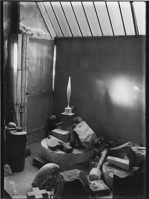 Vue d'atelier  Colonne du Baiser (1916-1917), L'Oiseau dans l'espace, marbre blanc (1923) 1923