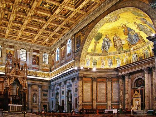 Detalle de la cúpula interior y altar
