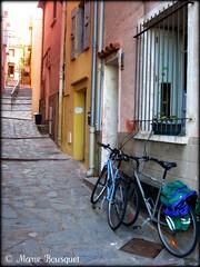 Vlos dans une ruelle de Collioure (bleumarie) Tags: sol village pierre porte ruelle collioure bicyclette mur roussillon fentre marche faade vlo barreau mditerrane pav pyrnesorientales antivol bleumarie mariebousquet photomariebousquet