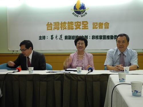 呂秀蓮甫回國門即為了非核家園積極走訪行政部門。