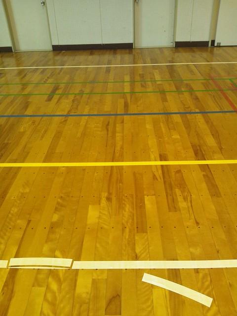 小学校の体育館のテーピングの意味を知りたいの写真