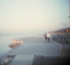 (csamperezbedos) Tags: blue sea sky mer blur holga bleu ciel walkers falaise flou brume jetée promeneurs lafranqui