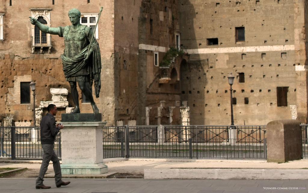 Reprodução da célebre estátua de Augusto de Prima Porta, situada próxima da Casa dos Cavaleiros de Rodes.