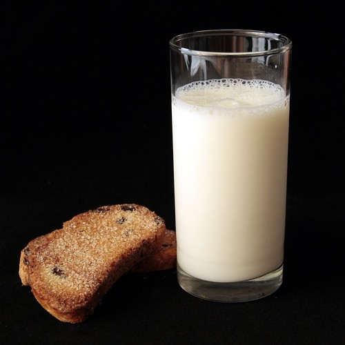 Натюрморт: Молоко с сухарями
