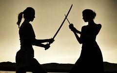 [フリー画像素材] 人物, 女性, 人物 - 二人, シルエット, 剣・刀, 戦う・決闘 ID:201110241400