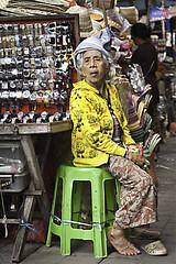 Ubud IV (Miguel Figueras ) Tags: urban bali woman colors miguel canon indonesia mujer asia place mayor market candid watch mercado elderly reloj 5d lugar singapur ubud mkii figueras robado 24105mm ancianocolores