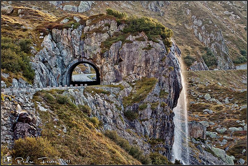 suiza-sustenpass-tunel-y-cascada