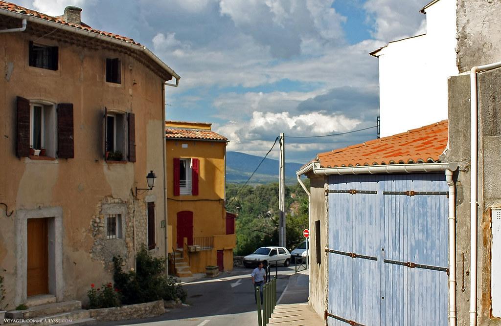 Les rues sont parfois étroites dans ce vieux village, mais nombreux sont les garages privés. Pour accéder aux maisons, on devait toujours gravir quelques marches en pierre, ce qui isolait la maison de la pluie ou de la boue.