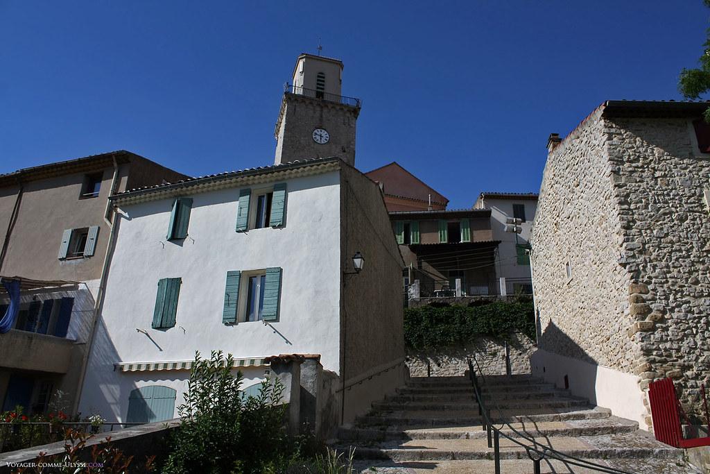 Les marches d'escalier en lieu et place des rues sont monnaie courante dans ces villages provençaux perchés sur une colline