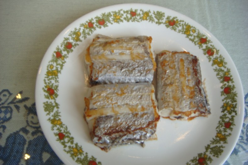 與其選擇鮪魚、魚翅做為料理材料,白帶魚是對環境衝擊較小的種類,被列入「台灣海鮮指南」的「建議吃」種類。圖為乾煎白帶魚,肉質細嫩。攝影:蔡南益。