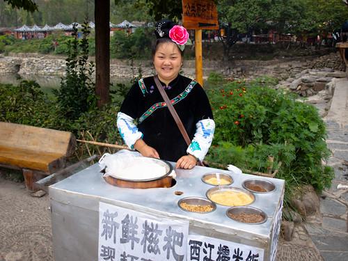 Xijiang - vendedora miao con su tocado tradicional