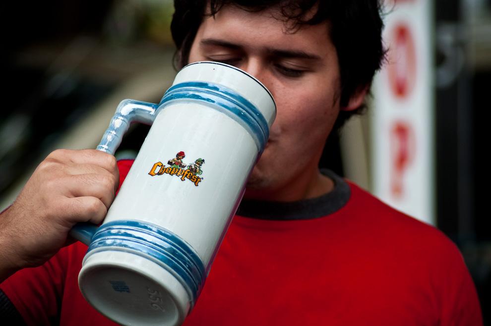 """Un asistente bebe su manija de chopp en la tarde del tercer día del festival de la cerveza denominado """"Chopp Fest 2011"""" en la Colonia Obligado, departamento de Itapúa. Las manijas de porcelana como ésta se vendían en los puestos de venta de souvenirs, de distintos tamaños y precios desde Gs 30.000 hasta 200.000. (Elton Núñez)"""