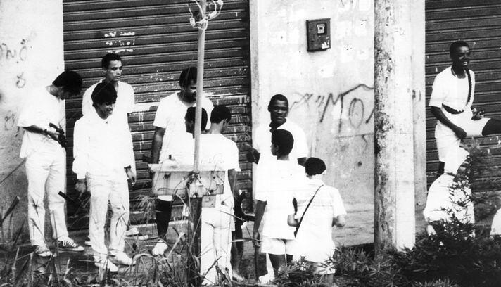 Traficantes na Estrada da Gávea prestam homenagem a Sérgio Ferreira da Silva, o Bolado, em maio de 1988. Foto Mirian Fichtner - O Globo