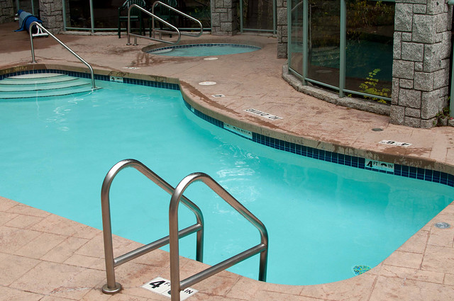 Summit Lodge pool and jacuzzi