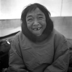 Smiling woman wearing a coat with a fur collar / Femme souriante vêtue d'un anorak muni d'un col en fourrure thumbnail