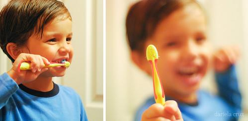 A cepillarse los dientes