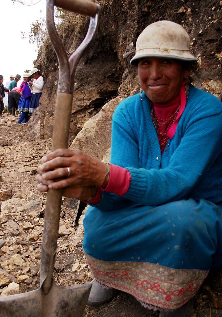 Portrait d'une femme tenant une pelle (creusement d'une tranchee)