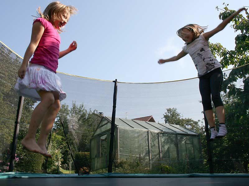 Kirschblütenhof - Kinder auf dem Trampolin