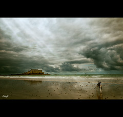 The light between clouds (EddyB) Tags: sea sky dog costa storm france beach clouds mar reflex sand nikon europa europe cost playa arena perro reflected cielo nubes reflejo tormenta lowtide francia bajamar saintmalo mareabaja eddyb sigma1020mmf456exdchsm reflejado frenchbrittany bretaafrancesa ltytr1 d300s
