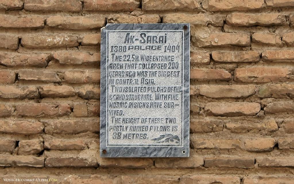 Plaque descriptive du monument, en anglais. On y apprend que l'entrée du palais faisait 22,5m de large! La même plaque existe bien sûr également en ouzbèk.