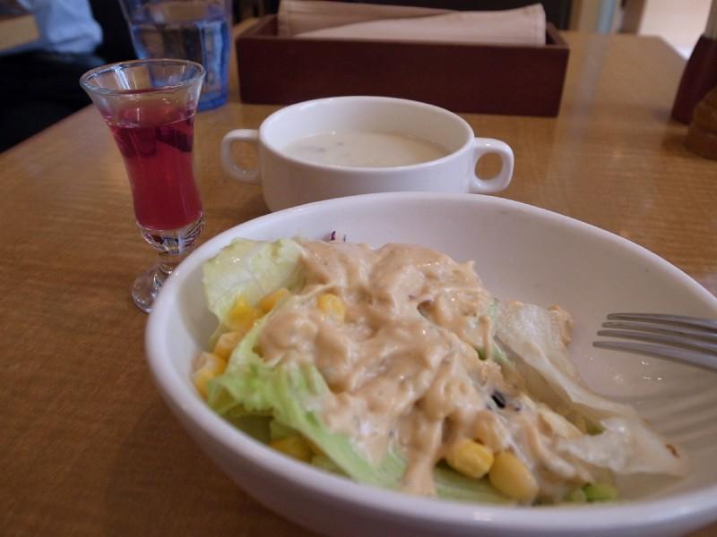 吃了一口的沙拉,和湯,和餐前飲料