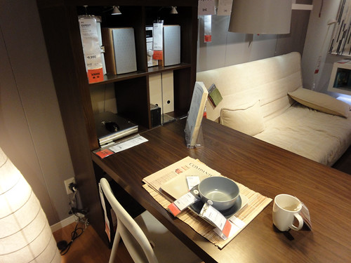 イケアのデスク兼ダイニングテーブルと題した写真
