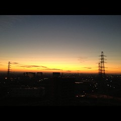 朝焼けの光の中に立つ影はミラーマン♪って思わず口ずさんでしまう
