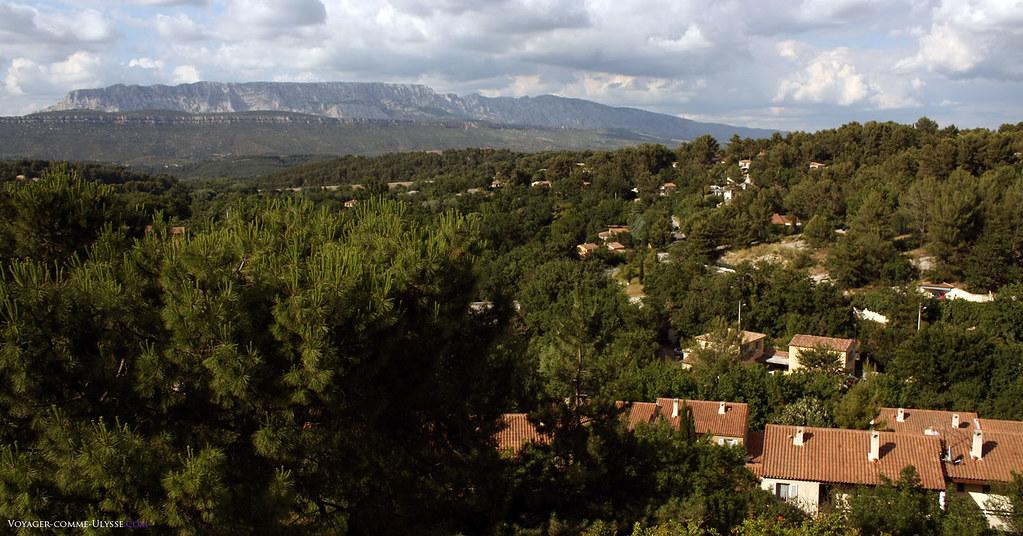 Au fond, la célèbre Sainte-Victoire, peinte par Cézanne. Le village, on le voit, est au milieu d'une grande zone boisée, essentiellement des pins.