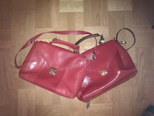 Trasiga röda väskor by Mel E