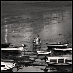 A la paz de Dios (J.R.Rey (OFF)) Tags: sunset people bw boats atardecer nikon walk paseo shore barcas orilla d90