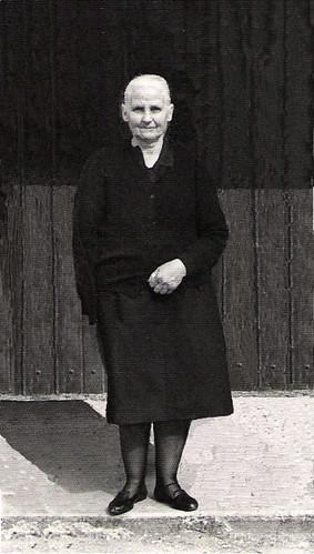 Josefa Serrano en la puerta de la Iglesia de Cortes